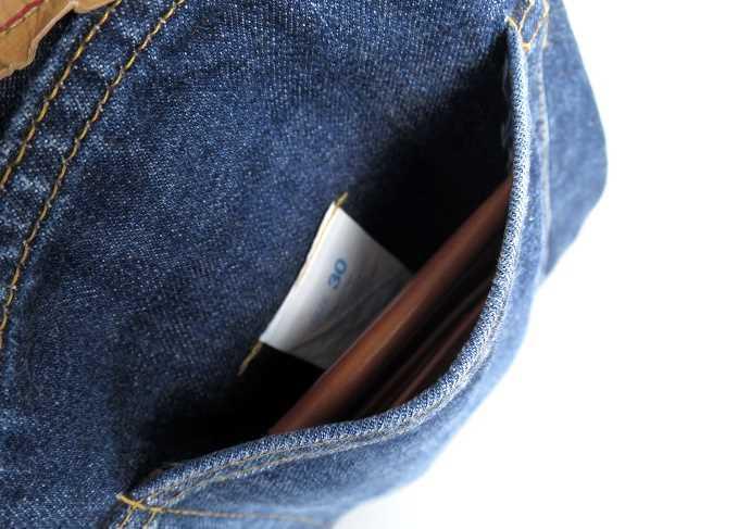 GLENROYAL マネークリップウォレットを後ろポケットに入れた