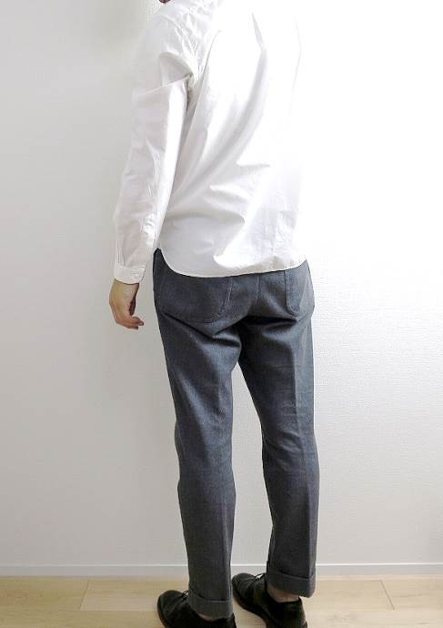 A VONTADE TAPERED CROPPED TROUSERSの後ろ姿
