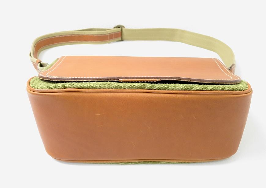 土屋鞄 カメラ散歩バッグの底のレザー